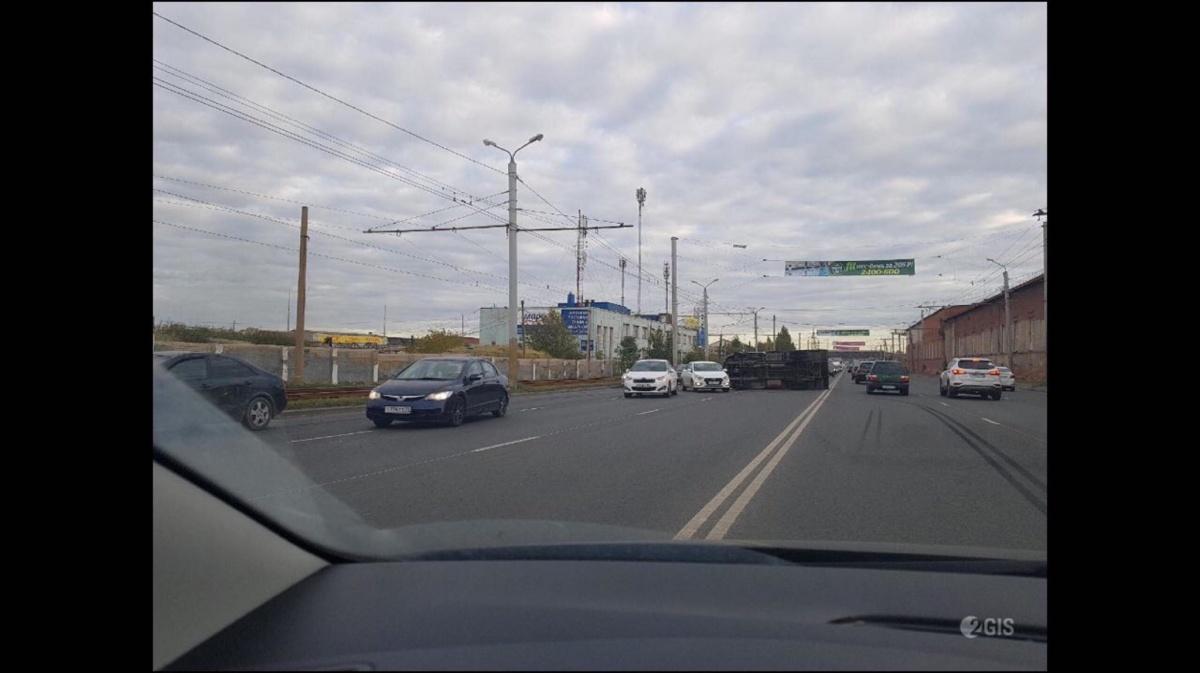 Грузовая машина легла на бок на Свердловском проспекте
