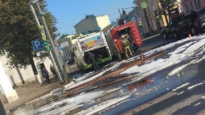 Всё залили пеной: в центре Ярославля из автобуса вытекло топливо
