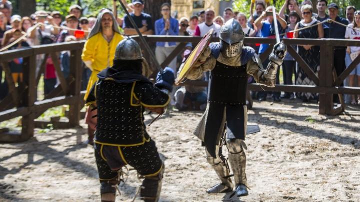 В Заельцовский парк съехались сотни людей в древних доспехах и устроили массовые бои