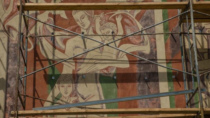 В Перми на здании ДК «Металлист» закрывают фреску с изображением матери и ребенка
