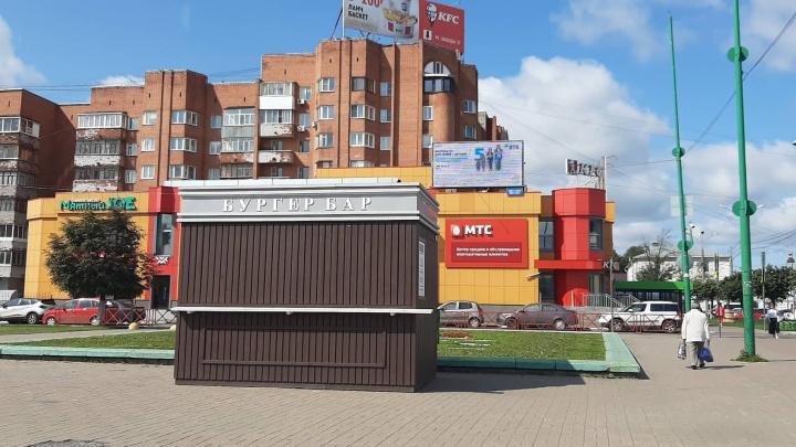 «Это деградация»: градозащитницу возмутил ларек с фастфудом на площади Юности в Ярославле