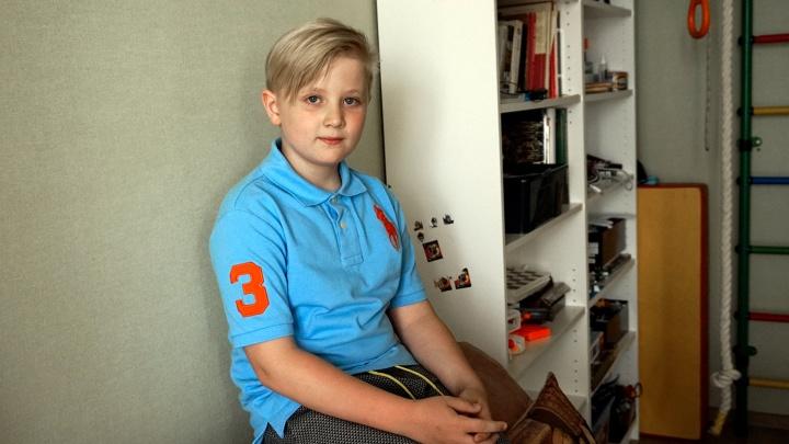 «Не у всех есть счастье просто ходить»: восьмилетний омич помог ребёнку встать на коньки
