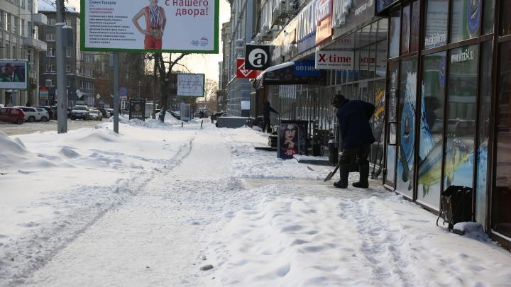 Тротуары под снегом: новосибирцы проснулись в засыпанном городе