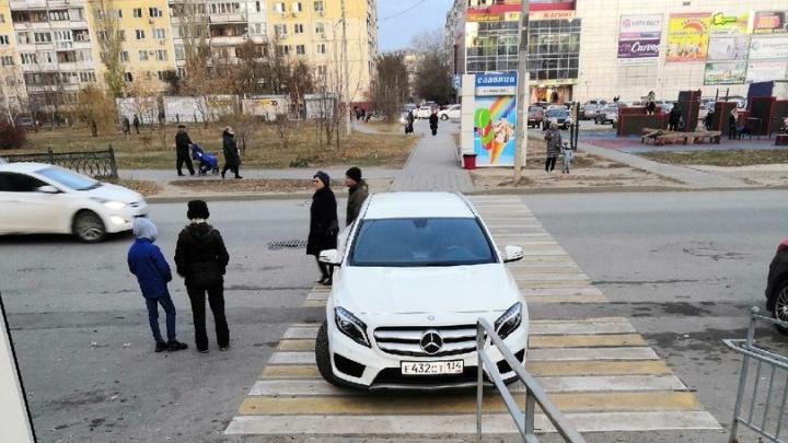 «Это просто хам»: волгоградцы против парковок на тротуарах