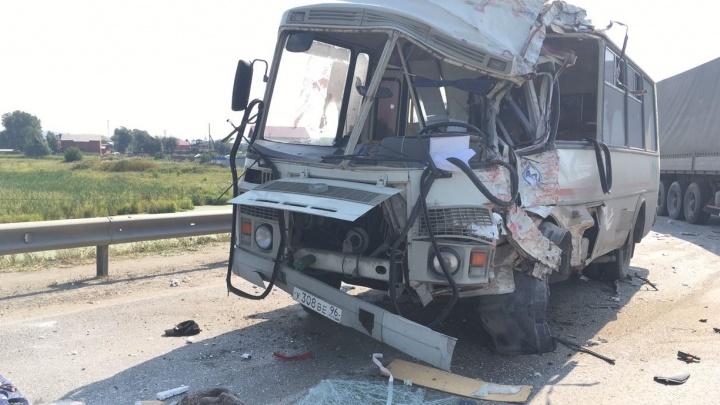 Автобус искорёжило: в  Арамиле столкнулись грузовик и ПАЗ