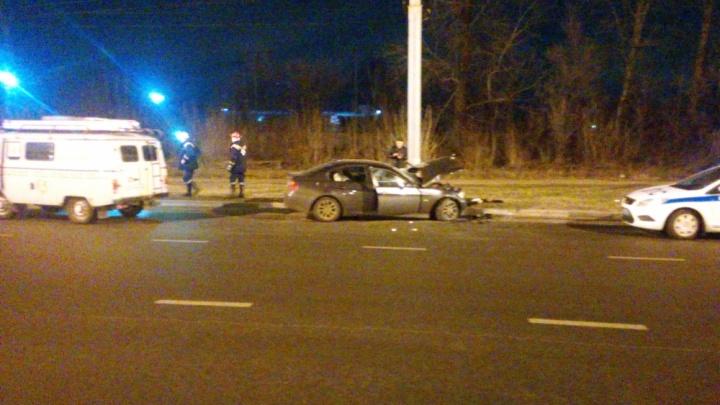 Люди оказались заблокированы в салоне BMW: в Брагино иномарка на скорости врезалась в бордюр