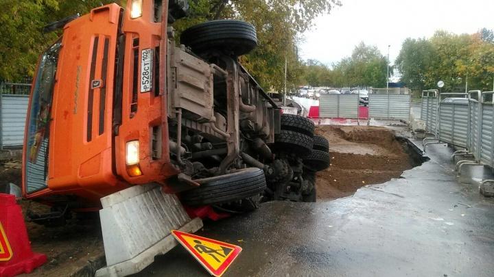 Асфальт ушел из-под колес: в Уфе самосвал дорожников провалился в яму