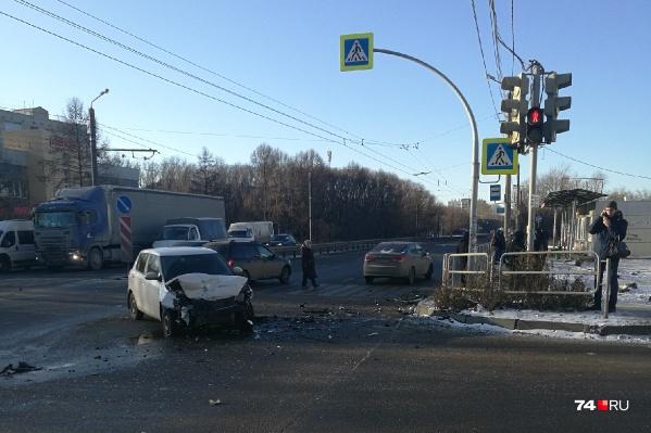 Авария произошла на Копейском шоссе. Одну из машин вынесло на тротуар, где стояли люди