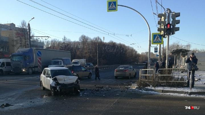 «Там остановка, там много людей»: в Челябинске машина вылетела на тротуар после ДТП и сбила ребёнка