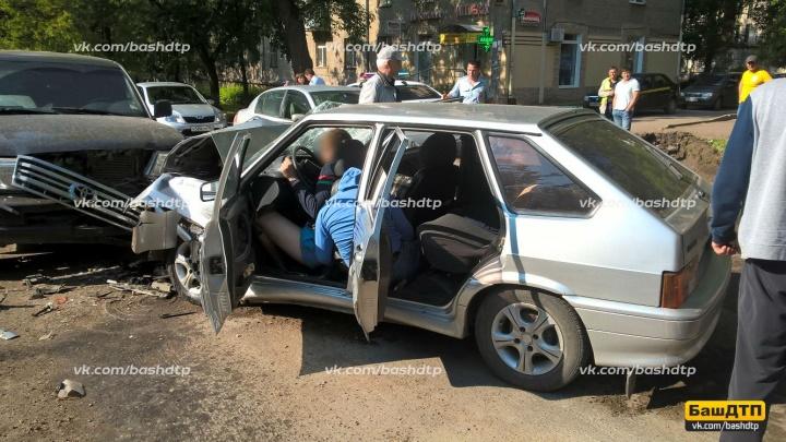 В Уфе лоб в лоб столкнулись легковушка и внедорожник: пострадали водитель и пассажиры