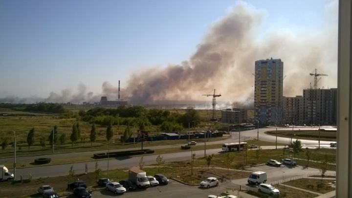Огненный день: в Ростове на Западном и Суворовском полыхают сразу два ландшафтных пожара