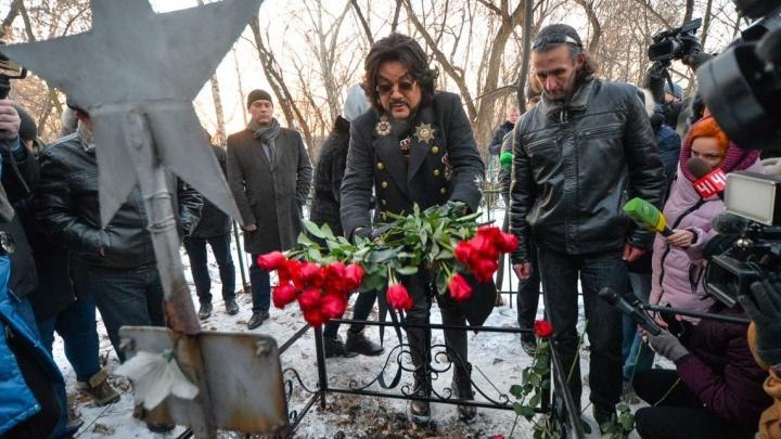 Киркоров на кладбище, селфи в экскаваторе и пруд цвета Халка: 20 лучших фотографий 2017 года на E1.RU
