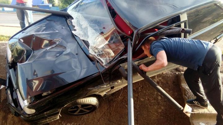 В Башкирии машина налетела на ограждение: чудом все остались живы