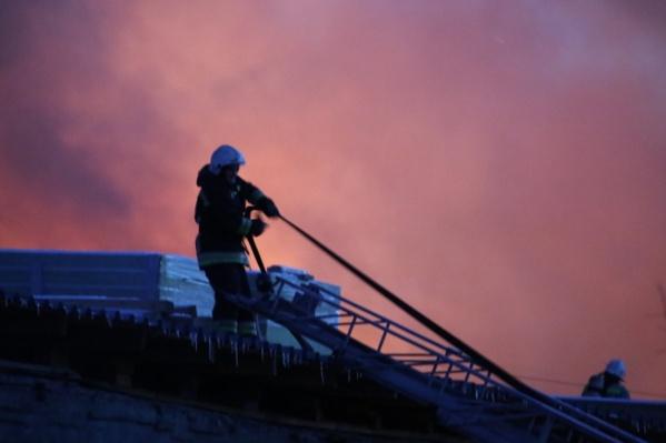 Сотрудники МЧС продолжают работать на месте пожара
