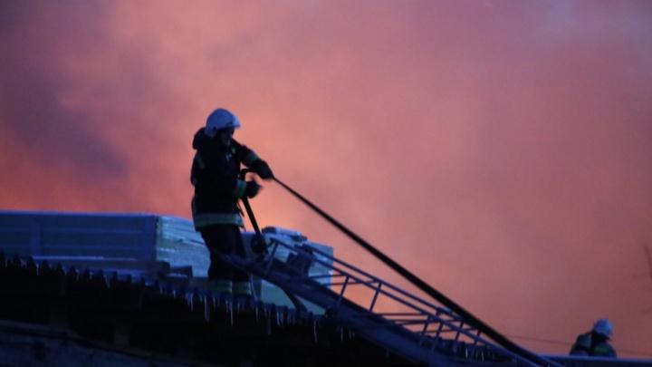 Пожарные ликвидировали открытое горение складов на Королёва