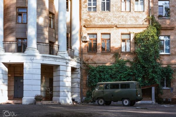 Чтобы увидеть такой дворик, не обязательно уезжать на север или юг Волгограда, достаточно пройтись по Центральному району