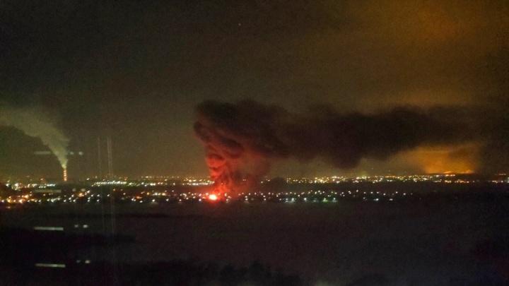 Дым через реку: в Ленинском районе полыхает частный дом