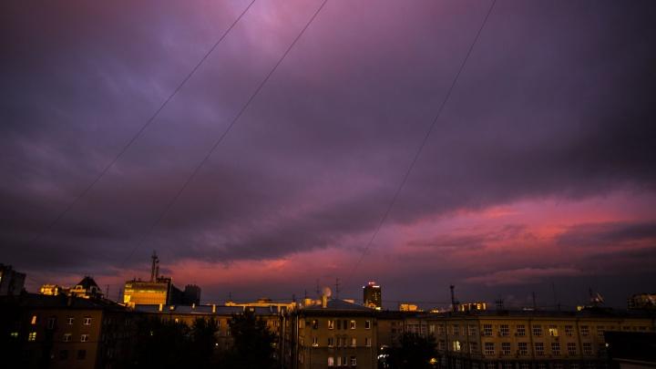 Раскрашенный город: на Новосибирск спустился фиолетовый закат