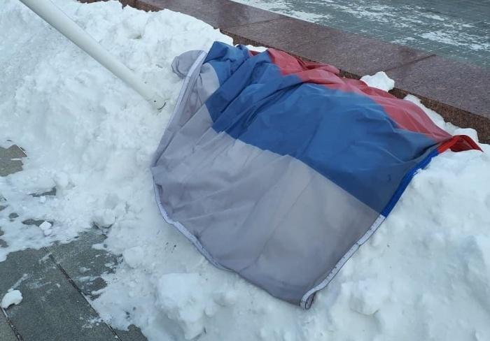 Вот такая весна: российский флаг оказался на белом снегу из-за ветра