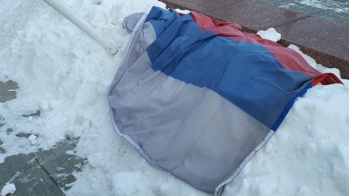 В Екатеринбурге сильный ветер сорвал российский флаг у Белого дома и фонарь у мэрии