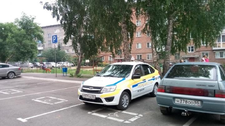 «Я паркуюсь, как...»: авто с прицепом на четыре места, хамоватый инвалид и странный инструктор