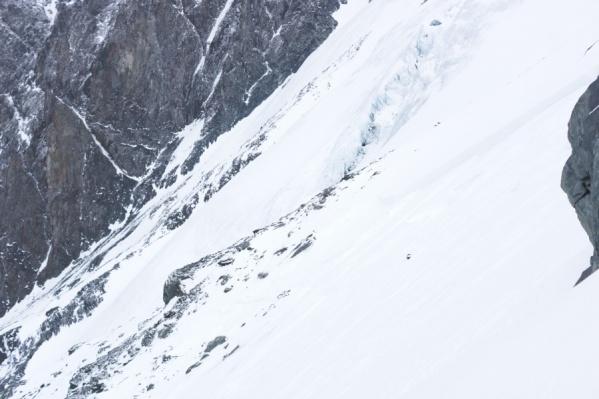 Спасатели продолжают обследовать участок, на который сошла лавина