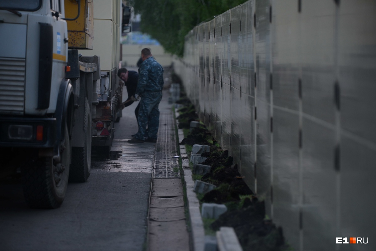 Забора не будет: рабочие начали разбирать ограждения в сквере на Драме