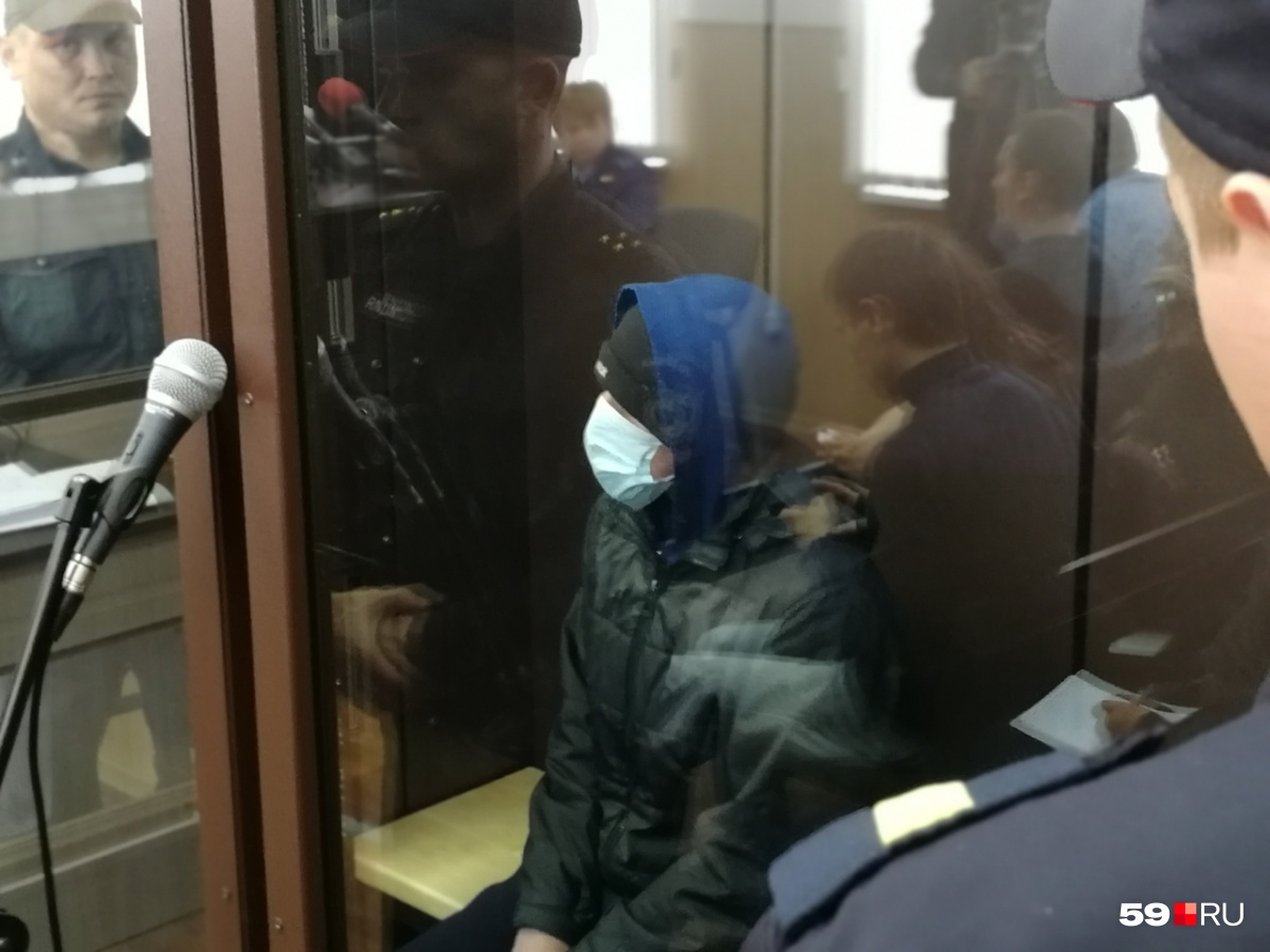Подросток пришёл на суд в маске, кепке и капюшоне