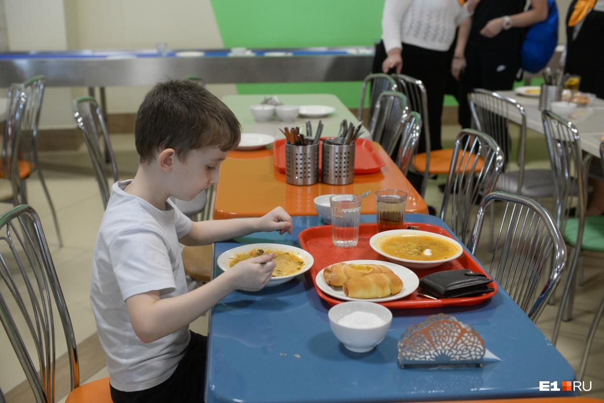 Обычная школьная столовая и стандартный обед младшеклассника
