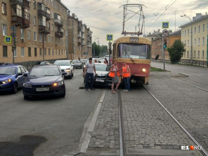 Водитель трамвая ждет аварийную машину