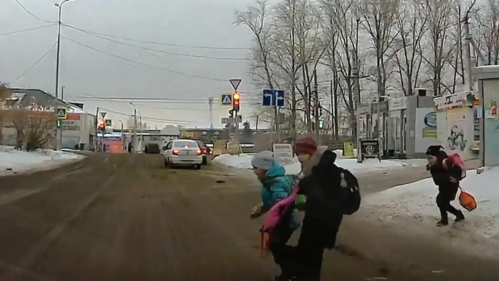 Три школьницы выскочили перед машиной на дорогу в Нефтяниках
