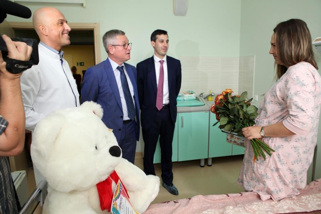 Маме подарили цветы и большого мягкого медведя.