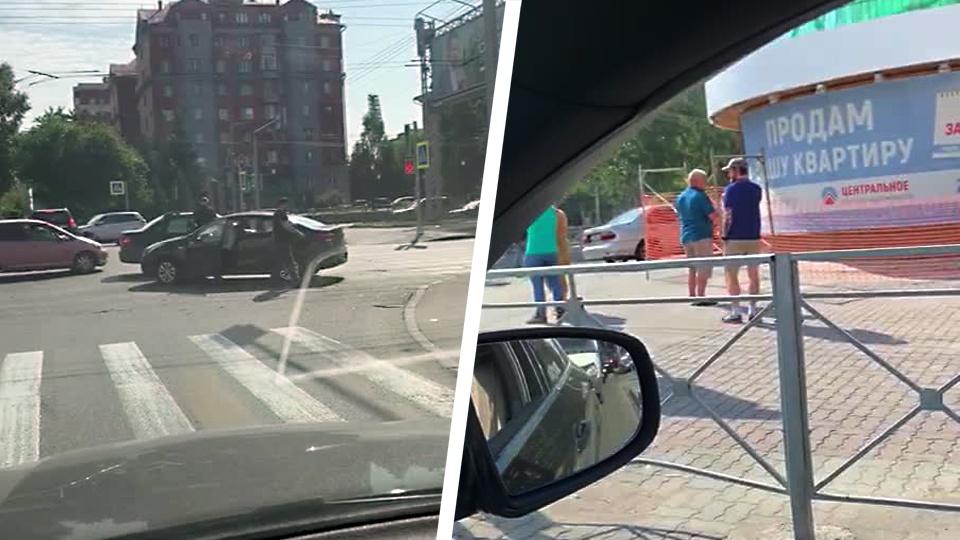 Один из автомобилей после ДТП остался на проезжей части