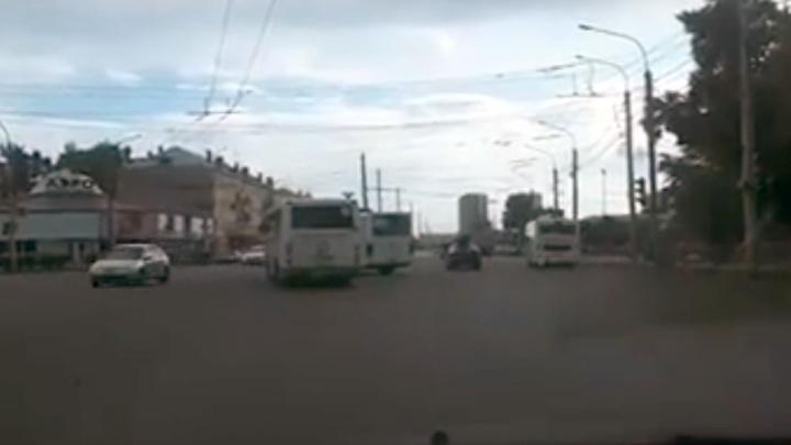 «Им нужны еще и отдельные светофоры»: двое маршрутчиков грубо нарушили правила на перекрестке