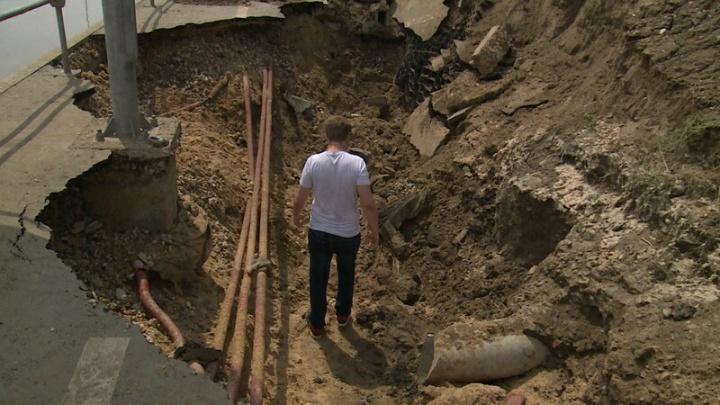 «Тротуары ползут и без дождей»: рядом с гигантским провалом в центре Волгограда появилась новая яма