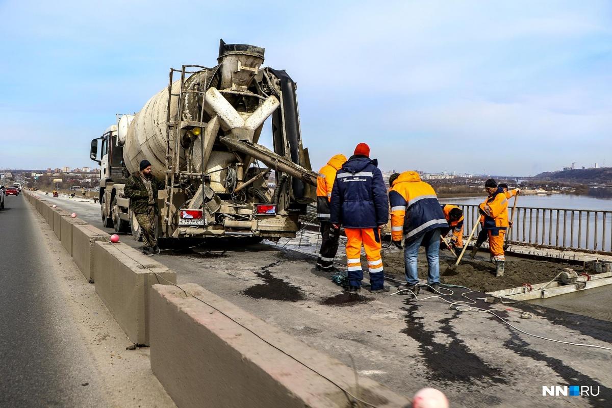 На мосту продолжают укладывать бетонное основание