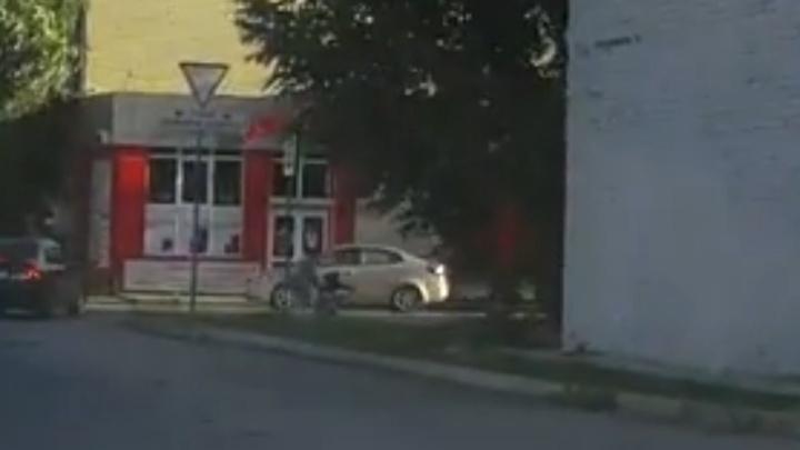 На Демьяна Бедного водитель, которого ослепило солнце, сбил 15-летнюю девочку