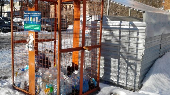 С улиц Тюмени убирают последние сетки для пластика: «Нам дали понять, что мы не сможем работать»