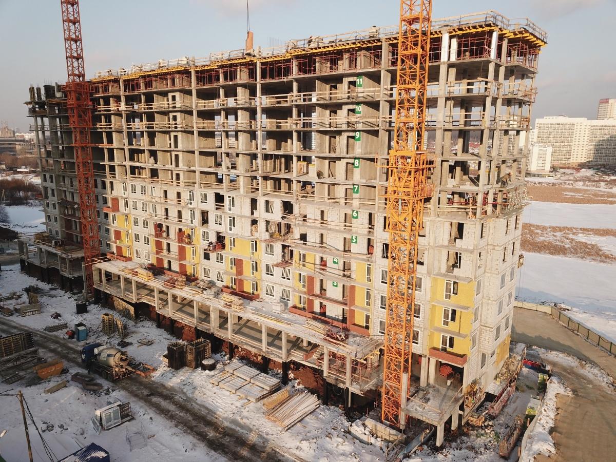 Сейчас на набережной Исети возводят уже 13-й этаж жилого комплекса. Там устанавливают арматурный каркас для пола и будущих несущих стен