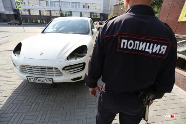 Этот Porsche «ослепили» на парковке около перекрестка улиц Евтеева и Цвиллинга