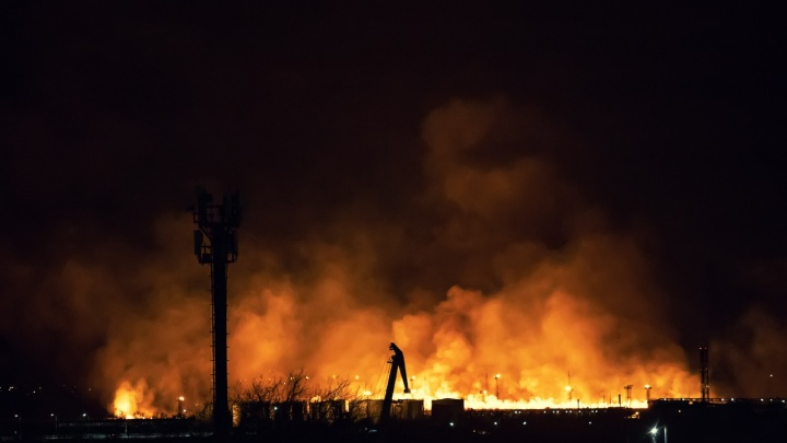 Ростовский Мордор: ландшафтный пожар вспыхнул рядом с нефтеперерабатывающим заводом