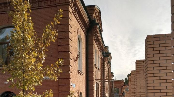 В омской епархии объявили, что крыльцо с колоннами в доме 1909 года обрушилось само