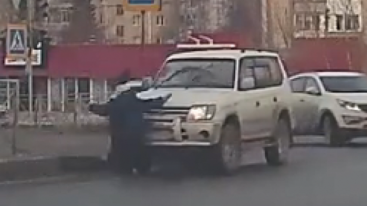 «Куда ты рулишь?»: женщина на «Лэнд Крузере» задавила пешехода на переходе — чья вина (видео)