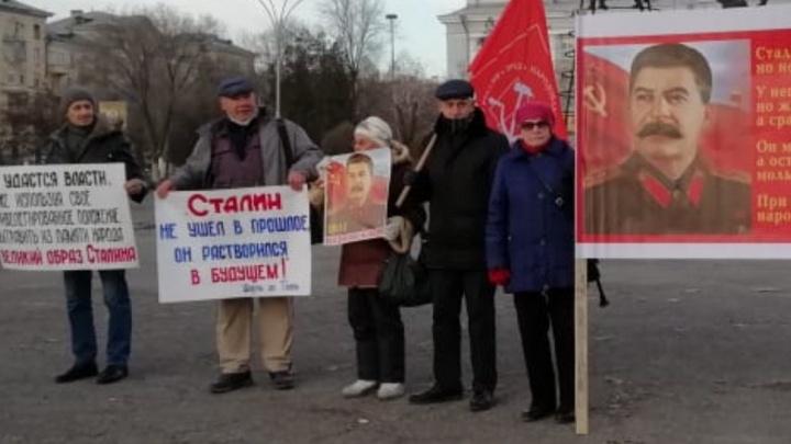 «Он не требует какого-то оправдания»: в Волгограде прошёл пикет в честь 140-летия Иосифа Сталина