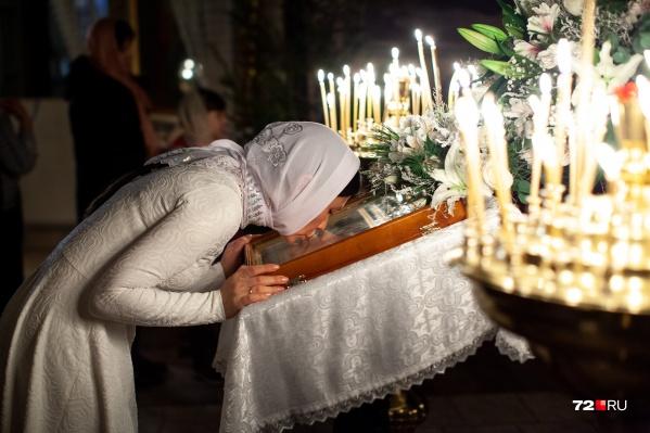 Прихожане посетили тюменские храмы, чтобы отметить один из главных праздников — Рождество Христово