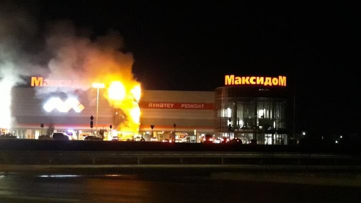 Огнём уничтожило обшивку: ночью в Уфе горел «Максидом»