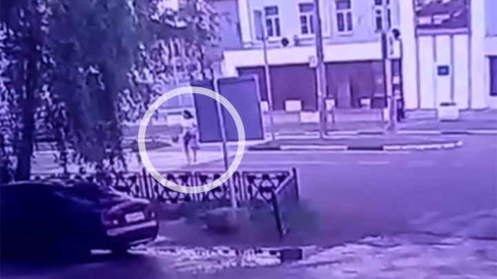 Заметалась от ужаса: появилось видео, как фургон сбил детскую медсестру