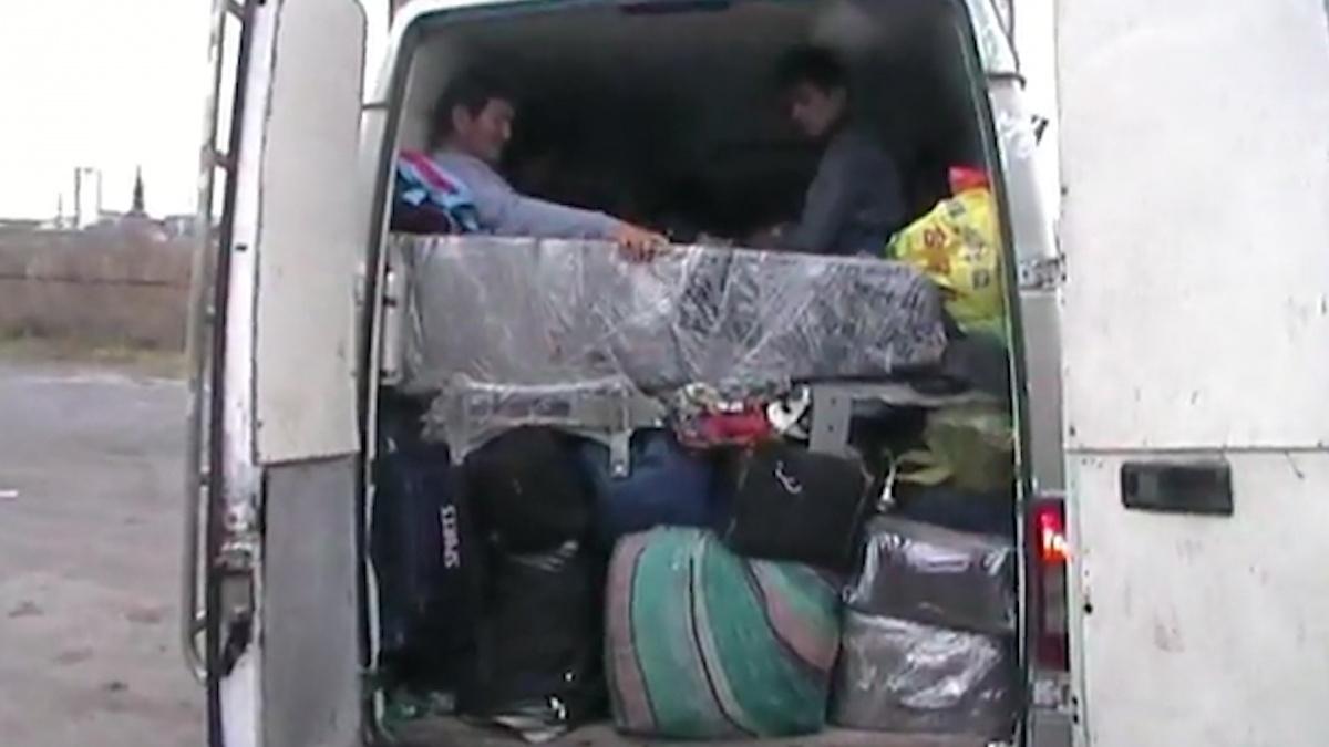 Для перевозки людей водитель оборудовал специальные полки
