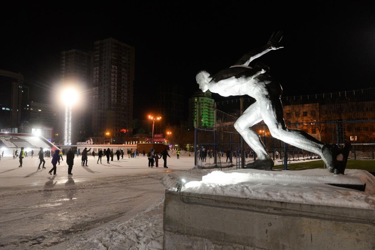 «На такой лед уходит два бассейна воды»: фоторепортаж с одного из самых больших катков города