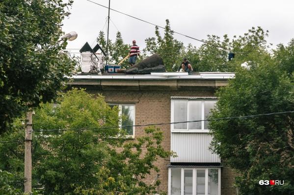 На горячей линии можно рассказать в том числе и о протекающих крышах